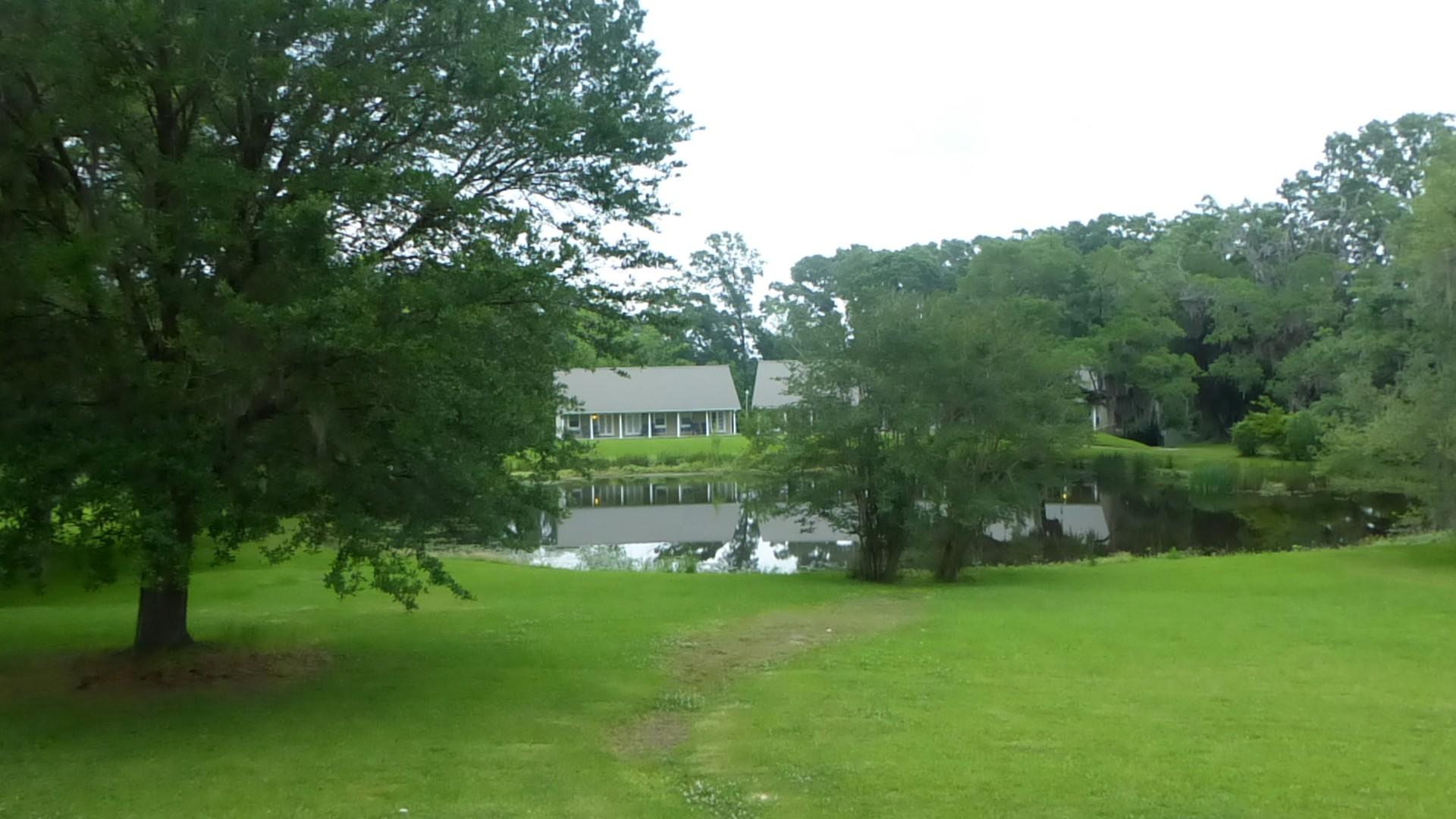 Plantation greenwood, l'étang et les chambres d'hôtes